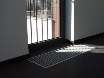Poza Ventiloconvector montat in pardoseala RADOX RCF - exemplu de montaj la usi de balcon frantuzesc